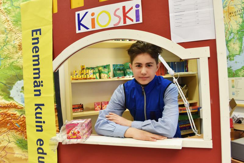 S-Marketin myyjänä työskennellyt Aksu Saastamoinen järjesteli kioskia, johon yrityskylän työväki pääsi päivän päätteeksi kuluttamaan palkkansa.