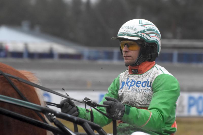 Alavieskalaisen Liisa Rahkon omistama Noriina palasi voittokantaan maanantaina Oulussa. Ville Pohjola haki tammalla keulat avauspuolikkaan täyttyessä.