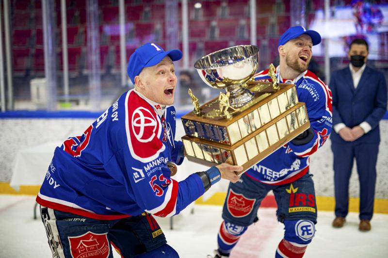 Kohta poika saunoo. Ketterän kapteenit Marlo Koponen ja Jarno Lippojoki nostivat voittopystin ilmoille.