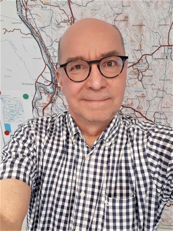 Kesämökki Eskolassa. Kai Korhonen on Sievin tuleva kunnanjohtaja.