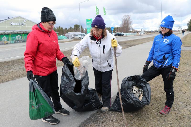 Kaarina Kivelä, Arja Rantamäki ja Minna Anttila osallistuivat roskatalkoisiin.
