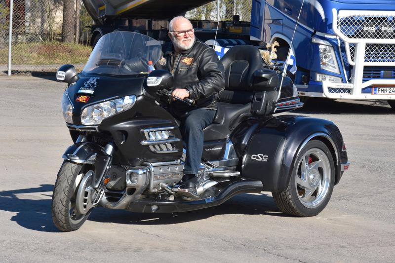 Trike. Seppo Määttälällä on ollut kolmipyöräinen moottoripyörä maanantaista asti Himangalla.
