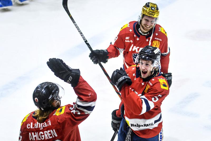 Meiltähän tämä käy. Jesper Ahlgren (vas.), Tony Tuupanen ja Zdenek Sedlak juhlatuulella.