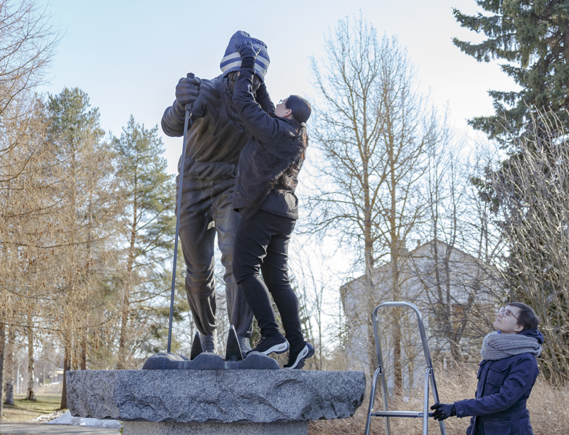Elisa Saukko pipotti Jussi Kurikkalan patsaan. Anu Timonen oli avustamassa tikkaiden kanssa.