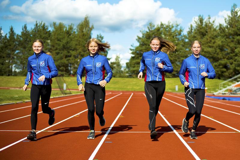 Liikunta ja urheilu ovat iso saaja Nivalan kaupungin järjestöavustuksissa. Kuvassa Nivalan Urheilijoiden viestijoukkue Tuiskulan kentällä vuonna 2019.