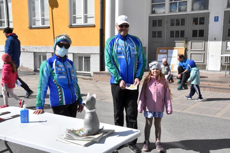 Pertti Salo käytti sukulaistyttö Odessaa tutustumassa Perheseikkailuun Mäntykankaan koululla. Raija Lumiaho oli organisoimassa sunnuntain tapahtumaa.