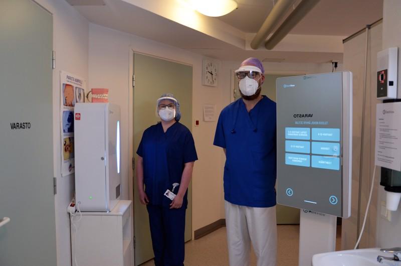 Kosketusnäyttö neuvoo, automaatti annostelee. Hammashoitaja Merja Ahola ja hammaslääkäri Jani Mikkola esittelevät hampaiden itsehoitoon opastavaa virtuaalikioskia, joka on otettu käyttöön Toholammin hammashoitolassa.
