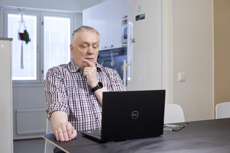 Kalajokiseudun vt. päätoimittaja Hannu Verronen juontaa Kalajoen vaalipaneelin.