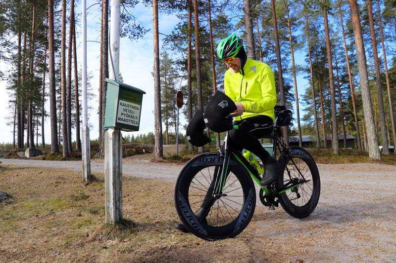 Pyöräilymaaottelun ensimmäinen suoritusmerkintä kirjattiin Vetelille, kun Jyrki Pakkala polkaisi Kaustisen urheilutalon kuntoilulaatikolle.