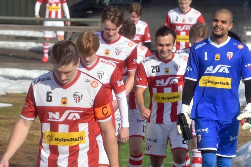 GBK marssii kentälle nuorentuneella joukkueella. Etualalla kapteeni Teemu Mäki sekä maalivahti Riku Lelo Lun Koka.