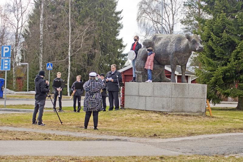 Tässäpä Tillaripatsaan lakituksen tekijät: PaikallisTV:n kuvaaja, Nivala-Seuran toiminnanjohtaja, vappupuheen pitäjä, trumpettikvartetti ja lakittajat.