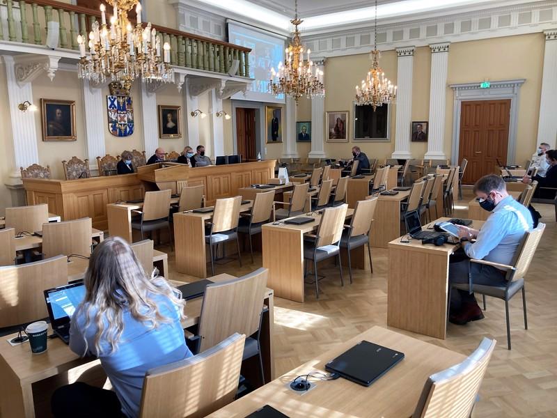 Tuttu näky korona-aikana. Kuusi valtuutettua ja virkamiesjohto olivat fyysisesti läsnä valtuuston kokouksessa. Loput osallistuivat kokoukseen etäyhteydellä.