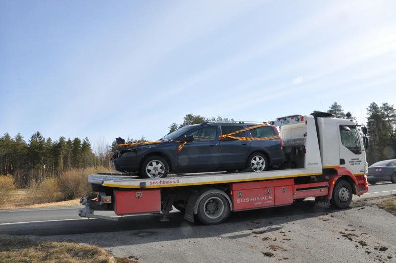 Auto on saatu pois onnettomuuspaikalta