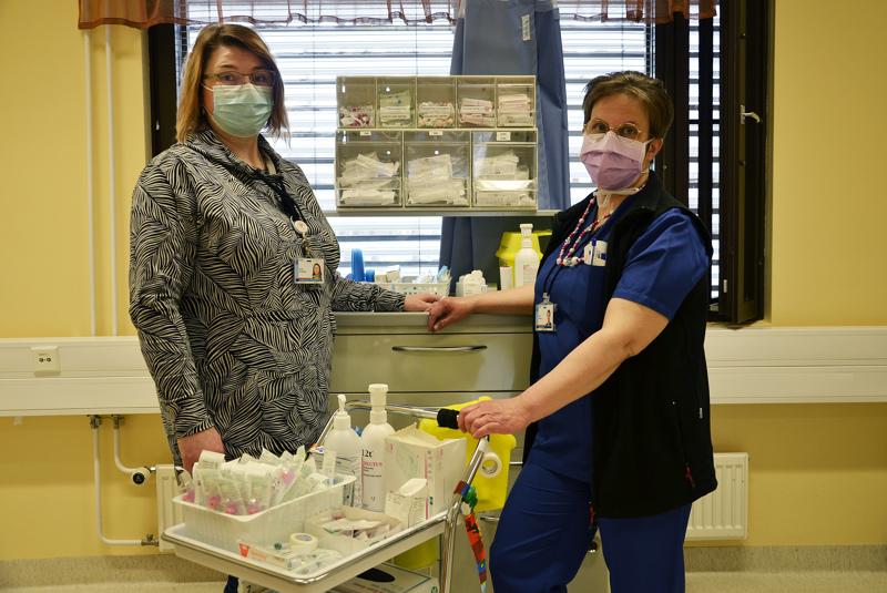 Alueluottamushenkilö Petra Ukonsaari Oulaskankaan sairaalasta kyselee väen kuulumisia ja jaksamista, kun liikkuu sairaalan eri työpisteissä. Tiistaina hän piipahti päiväkirurgiassa ja vaihtoi samalla kuulumisia sairaanhoitaja Asta Nuoralan kanssa.