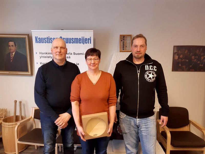 Jani-Markus ja Marjo Paavola sekä Teemu Mustala palkittiin tilojensa satatonnareista kokouksessa.