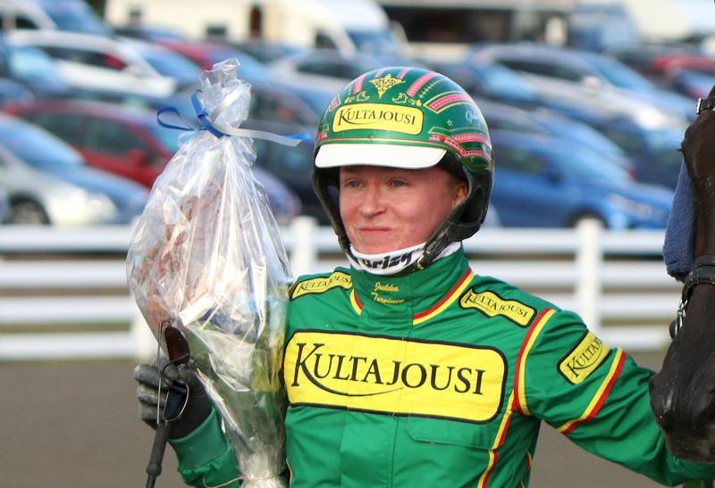 Jukka Torvisen (kuvassa) ajama ruuna hiillosti koko matkan keulassa ravannutta Hope Sunrisea.