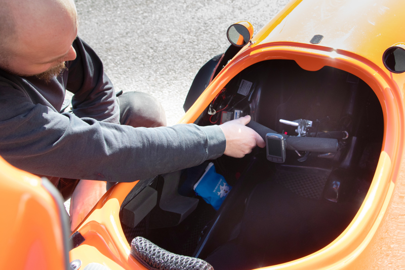 Velomobiilia ohjataan pienillä pyöränsarvilla, jonka lisäksi varusteluun kuuluvat äänitorvi, vilkut, ajovalot sekä jarruvalot.