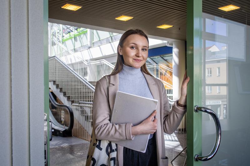 Ina Mattila kuvattiin, kun hän oli matkalla taloyhtiön kokoukseen. Asuntosijoittaminen kiinnostaa myös jatkossa, vaikka pääpaino onkin osakkeissa.