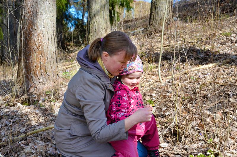 Hyvää äitienpäivää! Tanja Yli-Tokolan äitiyteen liittyy läheisesti luontoharrastus ja kotipihassa puuhailu lasten kanssa. Viola tuli mukaan poimimaan sini- ja valkovuokkoja Viirrejoen rantatöyräältä.