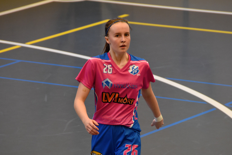 Kaustisen pinkkipaita on Vera Mattilan yllä vaihtunut islantilaisen IR:n pelipaitaan.