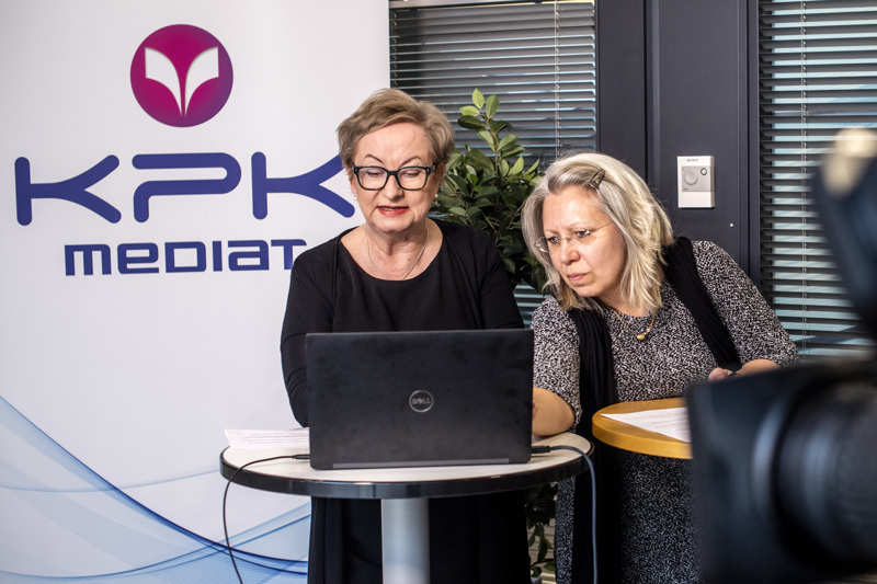 Keskipohjanmaan päätoimittaja ja KPK Yhtiöiden sisältöjohtaja Tiina Ojutkangas juontaa Kokkolan vaalipaneelin. Paneelien sarjan on tuottanut Riikka Sipilä.