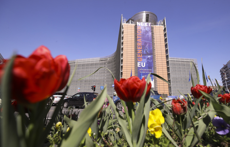 Brysselissä sijaitsevan EU-komission päärakennuksen seinässä oleva lakana viestii elpymispaketista.