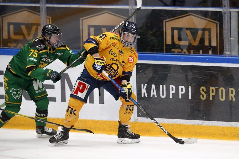 Jonne Tammela (oik.) tavoittelee Lukon paidassa Suomen mestaruutta. Puolivälierissä Tammela kohtasi Ilveksen Teemu Lepauksen.
