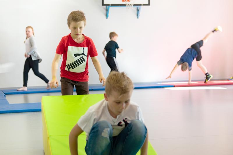 Rytimäen koululla parkour-kerhossa tehdään esimerkiksi voltteja ja x-hyppyjä, kiipeillään ja tasapainoillaan.