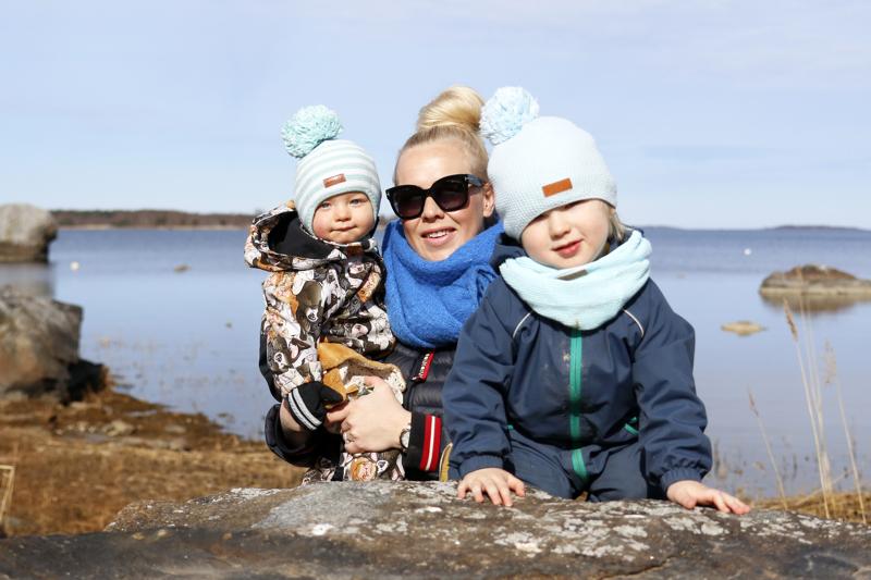 Anna Nurmi-Lehto ja pojat Edi (vas.) ja Evan.