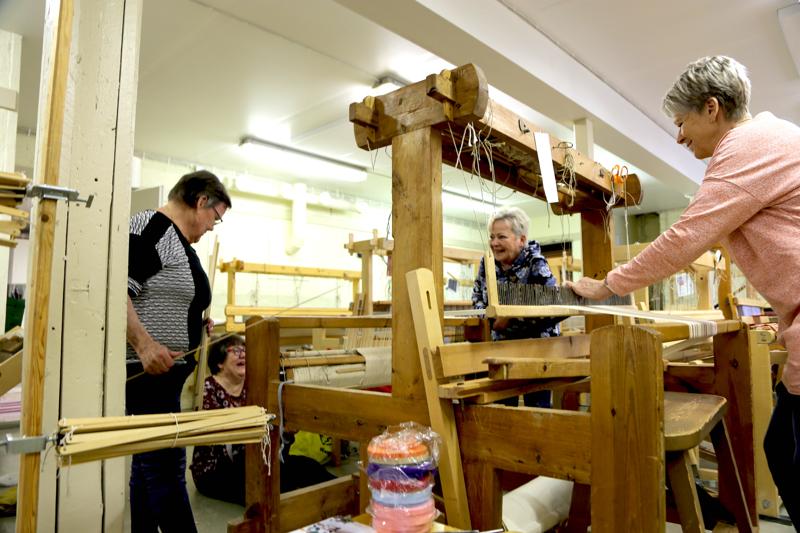 Kangaspuiden loimien laittamiseen tarvitaan neljä käsiparia. Kuvassa Eija Joukosalmi, Liisa Niemelä, Seija Vähäkainu ja Marja-Liisa Lönnmark näyttävät mallia.
