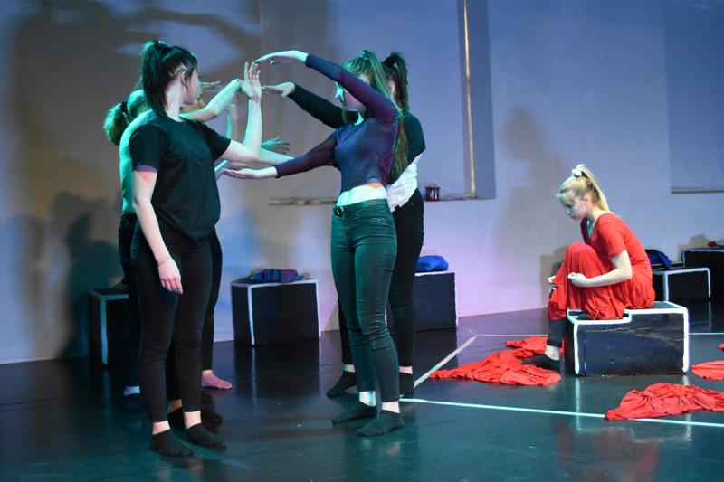 Tyttömetsän ensimmäisessä ja rankimmassa episodissa nuoren tytön roolissa nähdään ensimmäisenä Ilona Kinnunen.