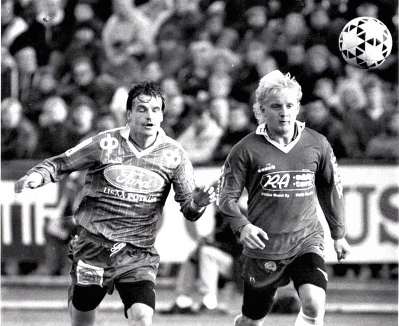 Kuva siitä tietystä ottelusta vuodelta 1990. Liki 30 vuotta myöhemmin Jaron päävalmentajanakin hetken toiminut Tomi Kärkkäinen kirmaa oikealla, mutta kuka KPV:n pelaaja kuvassa näkyy?
