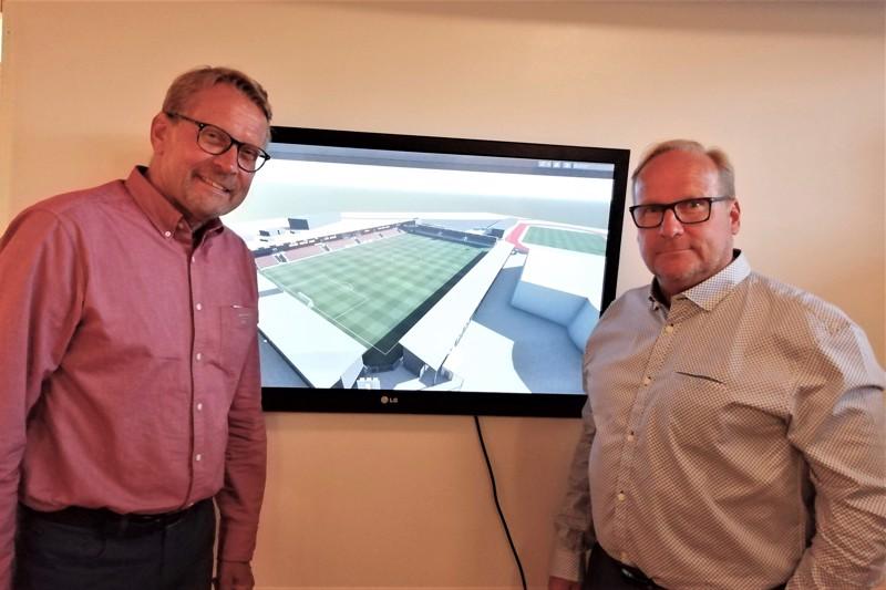 Stadionyhtiön hallituksen puheenjohtaja Björn Anderssén ja Palloliiton olosuhdepäällikkö Tero Auvinen myhäilivät vuoden 2020 elokuussa Jaron toimistolla. Uefa tai käytännössä Palloliitto myönsi Pietarsaaren hankkeelle maksimiavustuksen.