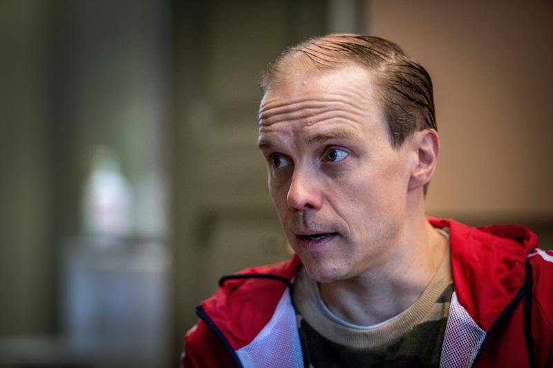 Jarkko Lahti on huolissaan nuorten näyttelijöiden puolesta, joita voidaan kyykyttää surutta, kun teatterialalla ei ole töitä ja AV-puolella tarjontaa on runsaasti.