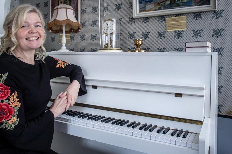 Musiikkialan monityöläinen, kruunupyyläinen Eva-Lott Björklund, 53 , on ollut tuttu näky äitienpäiväkonserteissa joko kuoronjohtajana tai solistina.
