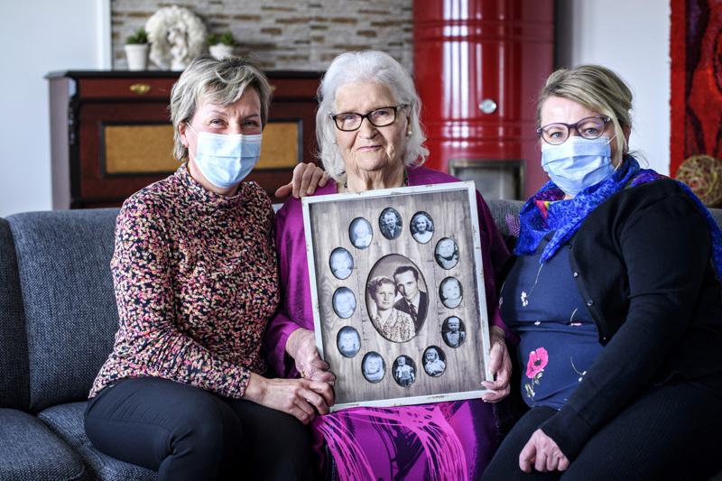 Laura Känsäkosken (kesk.) kahdellatoista lapsella on kahdenkymmenen vuoden ikäjakauma. Lea Roivas (vas.) ja Ulla Känsäkoski huolehtivat äidistään rakkaudella.