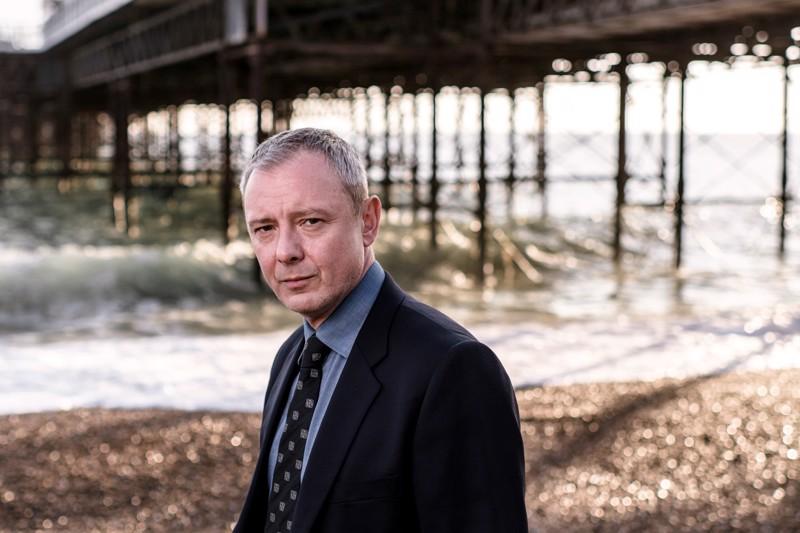 Rikostarkastaja Roy Grace (John Simm) on vaimon katoamisen jälkeen kokonaan omistautunut työlleen Brightonissa.
