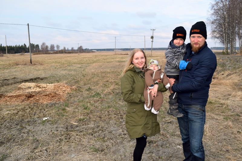 Jessica ja Rauli Koskela sekä heidän poikansa Asseri ja Iisakki, 3v, olisivat mielellään nähneet suuren kaupungin nousevan muutamassa päivässä takapihan peltomaille.