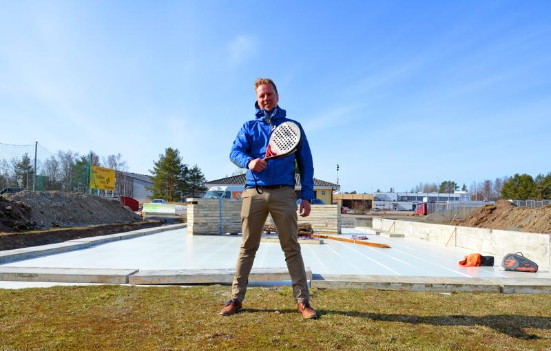 Jukka Hanhelan Ylivieskan ensimmäisenä projektina valmistuu padel-kenttä yleisurheilukentän huoltorakennuksen viereen. Pohjatyöt ovat jo hyvässä vauhdissa. Padel-halli on tulossa takana vasemmalla näkyvän jäähallin taakse. Tämä juttu kiinnosti suurta lukijakuntaa.