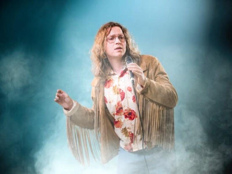 Erik Kraemer esittää Baddingia kesän musiikaalissa.