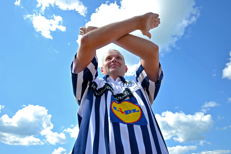 Kuuluttajan pitää tuntea myös tuomarin käsimerkit, kirjoittaja opastaa. Kuvassa pitkäaikainen ja palkittu superpesistuomari Jyrki Rajaniemi.