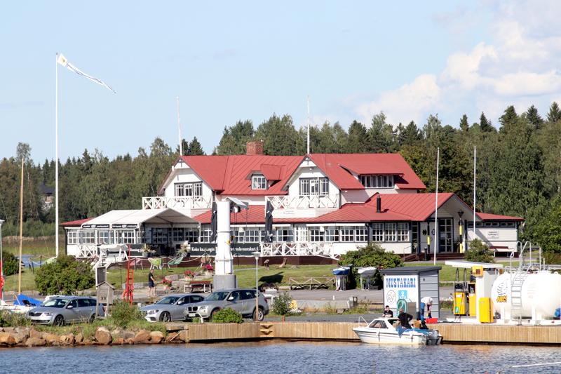 Kesäravintola Mustakarin vappubrunssilla huolehdittiin terveysturvallisuudesta asianmukaisesti, sanoo hotellinjohtaja Jaki SIlvennoinen.