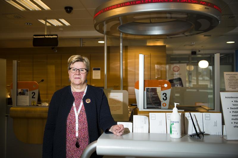 Jaana Mehtälä teki vielä viimeisenä työpäivänään oikeita töitä muun muassa sähköposteihin vastailemisen merkeissä.