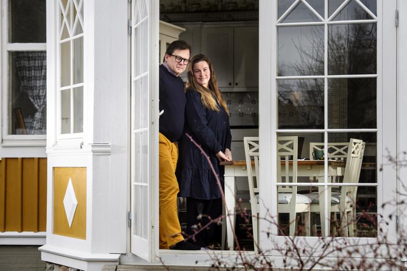 Kokkolalaiset Jenni ja Janne Ylinen. Jennin koronatartunta varmistui torstaina. Janne on toistaiseksi taudilta välttynyt. Lähiviikot Ylisen perhe viettää tiiviisti kotonaan.