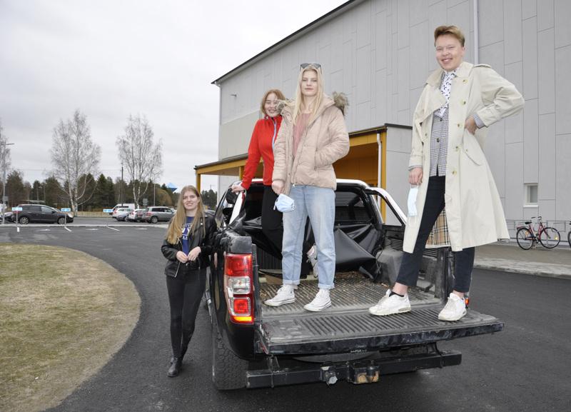 Kalajoen yo-cruising aiotaan tehdä turvallisesti, liikutaan omilla autoilla, pidetään turvavälit, kokoonnutaan  ulkona ja käytetään maskeja. Julia Isopahkalan käytössä olevan auton lavalla ovat Alina Siironen, Johanna Hihnala ja Paavo Tilvis.