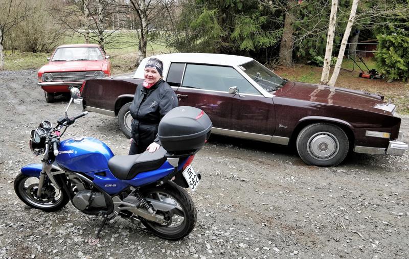 Annika Lepola kruisailee hyvällä säällä moottoripyörällä  tai klassikkoautolla, Ford Cortina vm 1971 odottaa konepeltinsä alle uutta moottoria,  Cadillac vm 1980 on sitävastoin viimeisen päälle ajokunnossa.
