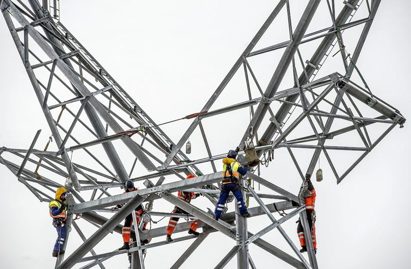 Kirjoittaja muistuttaa, että tuulivoiman runsas rakentaminen luovat paineita sähköverkon uudistamiselle.