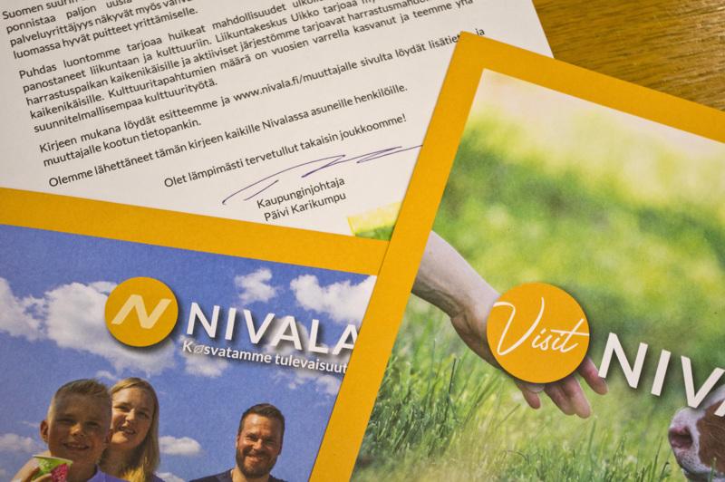 Kaupungin paketissa on kaupunginjohtajan kirje ja kaksi esitettä Nivalasta.
