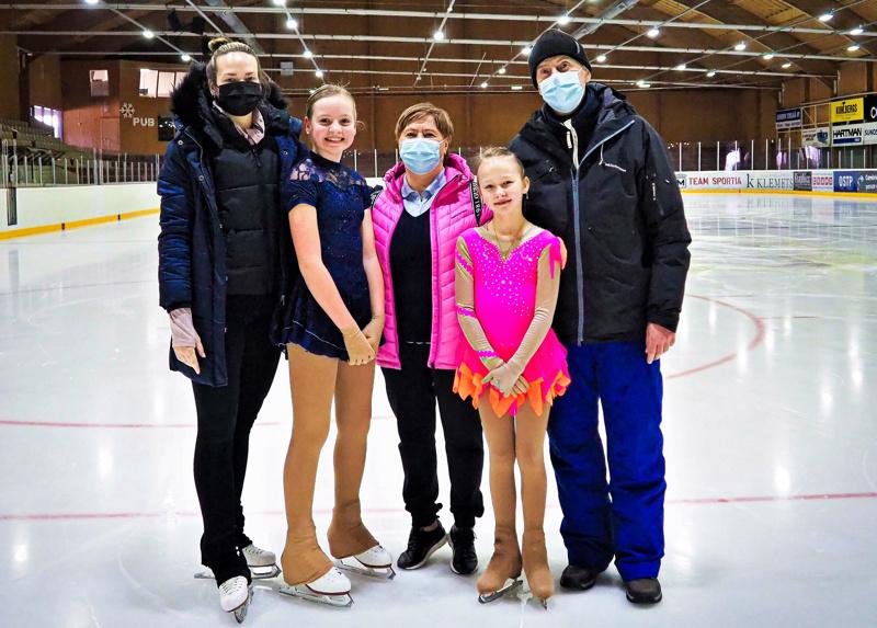 Valmentajat Jenni Sulkakoski, Tatiana Kuksinskaja ja Vladimir Kuksinski sekä taitoluistelijat Frida Brännbacka ja Sanni Tervaskangas.