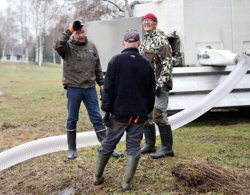 Etelänkylän jakokunta istutti varhain tiistaiaamuna kirjolohia jokeen Kalajoen keskustassa.